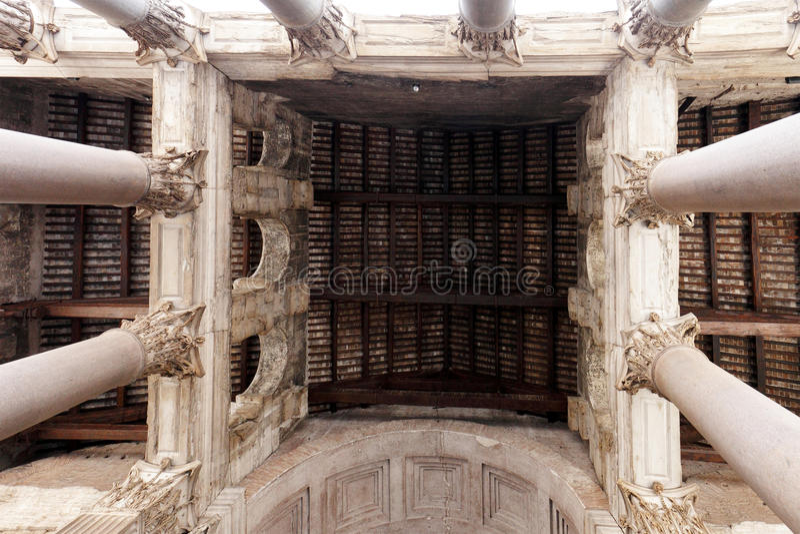 Massiva kolonner och invecklad design av panteon royaltyfri foto