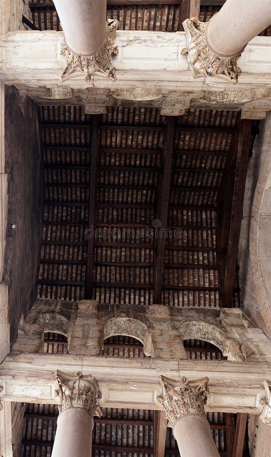 Massiva kolonner och invecklad design i panteon arkivbilder