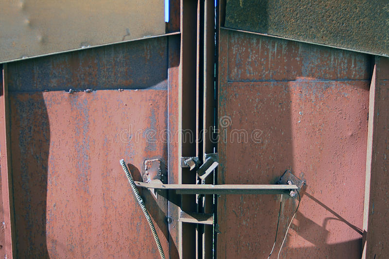 Massiva rostiga metallfängelseportar fotografering för bildbyråer