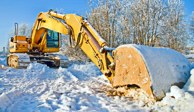 Massive Planierraupe, Arbeit stoppte für Winter stockfotos