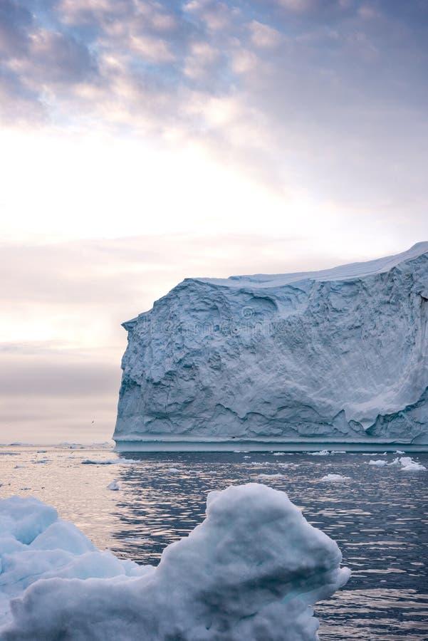 Massivt isberg som svävar i det arktiska havet royaltyfri bild