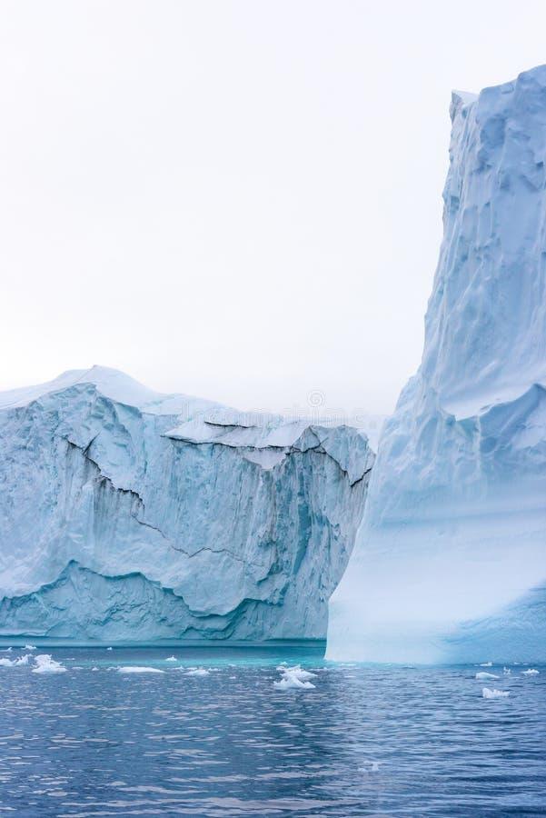 Massivt isberg som svävar i det arktiska havet royaltyfri fotografi