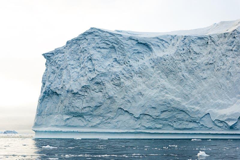 Massivt isberg som svävar i det arktiska havet arkivfoton