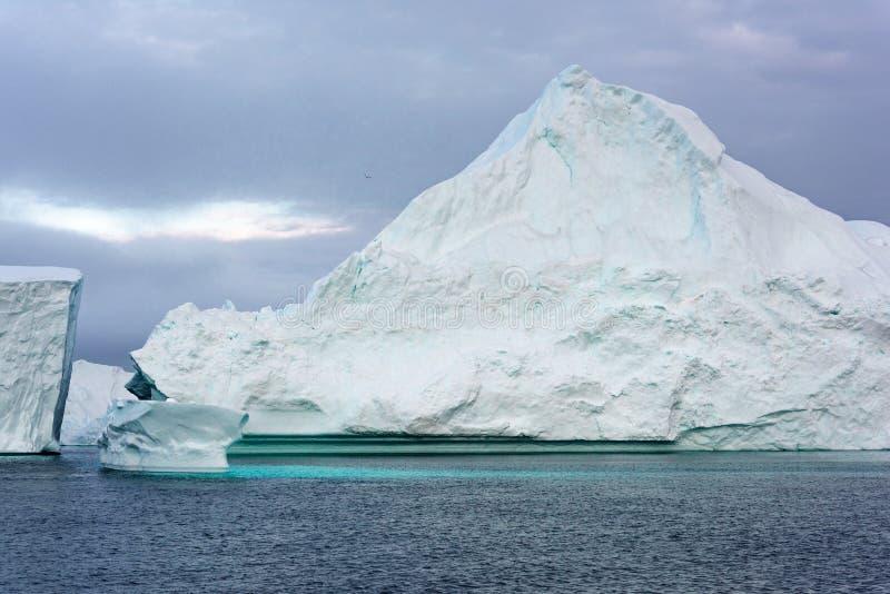 Massivt isberg som svävar i det arktiska havet royaltyfri foto