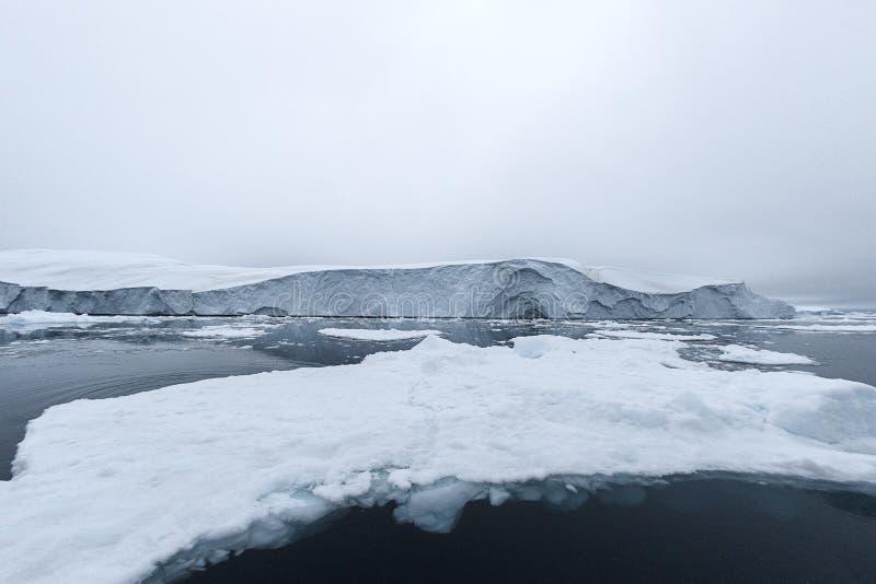 Massivt isberg som svävar i det arktiska havet arkivbilder