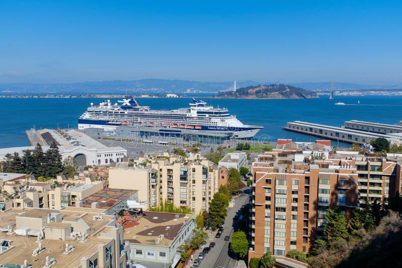 Massivt kryssningskepp som anslutas på San Francisco arkivfoto