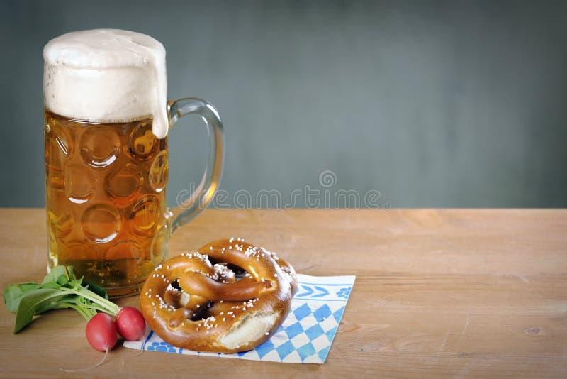 Masskrug啤酒、椒盐脆饼和红色萝卜 库存照片