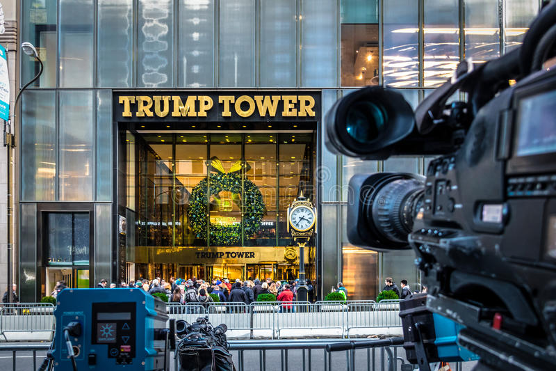 Massmediakamerautrustningar som antecknar framdelen av trumftornet, uppehåll av presidenten utvalda Donald Trump - New York, USA arkivfoto