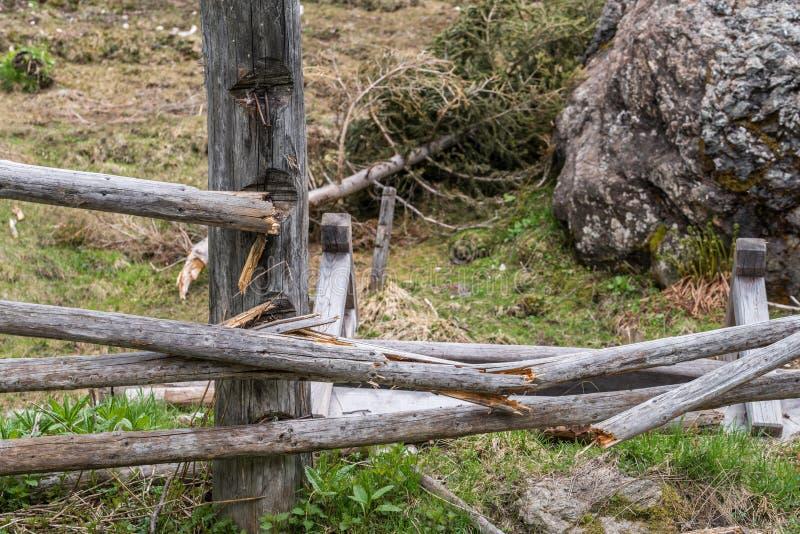 Masso di pietra gigante su un pascolo e su un recinto di legno distrutto, Austria fotografie stock