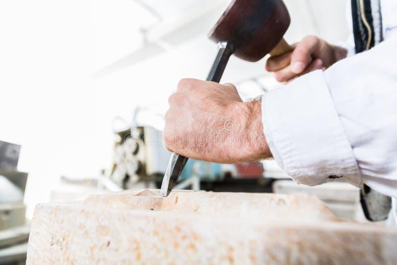 Masso di taglio dello scalpellino con il martello e lo scalpello fotografie stock libere da diritti
