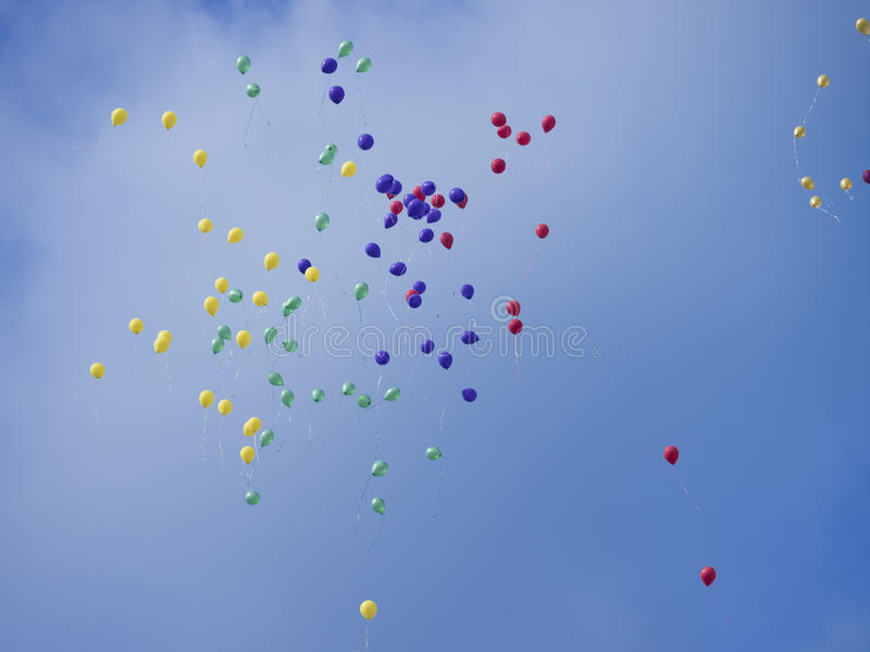 Massor av ballonger i den blåa himlen royaltyfri bild