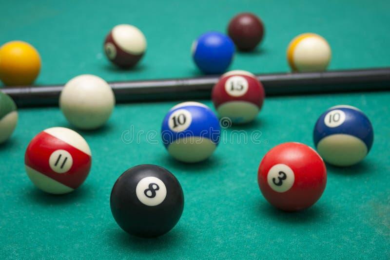 Massor av biljard och stickrepliken på de billiardtabellen, sportarna och rekreationen Fokuserat på bollen åtta arkivfoton