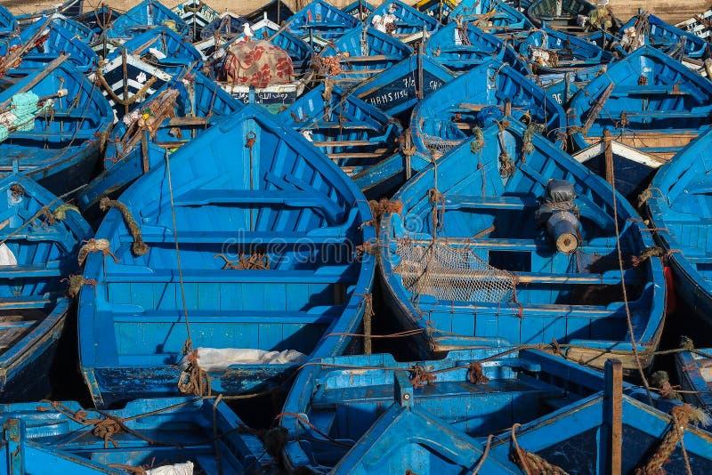 Massor av bl?a fiskeb?tar i porten av Essaouira, Marocko royaltyfria foton
