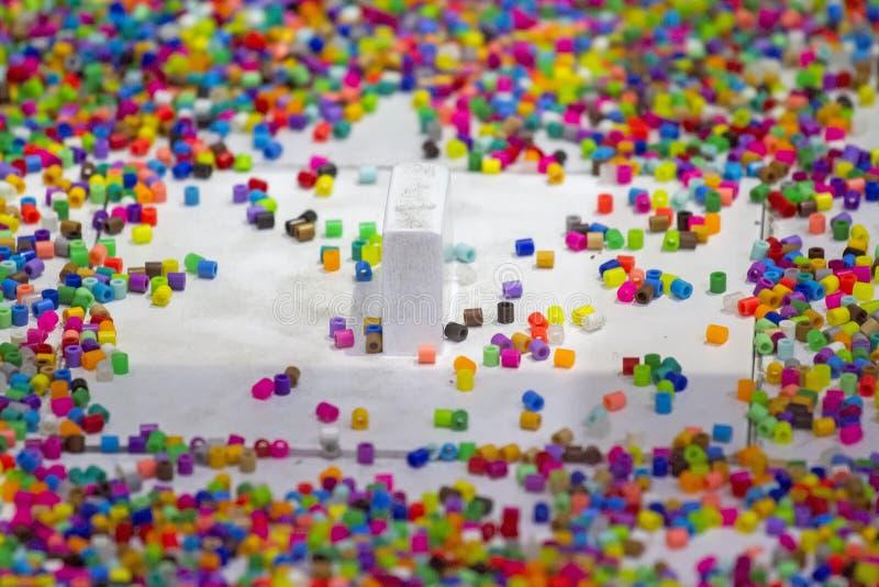 Massor av färgrik fusible plast- pryder med pärlor för konstarbete arkivfoton