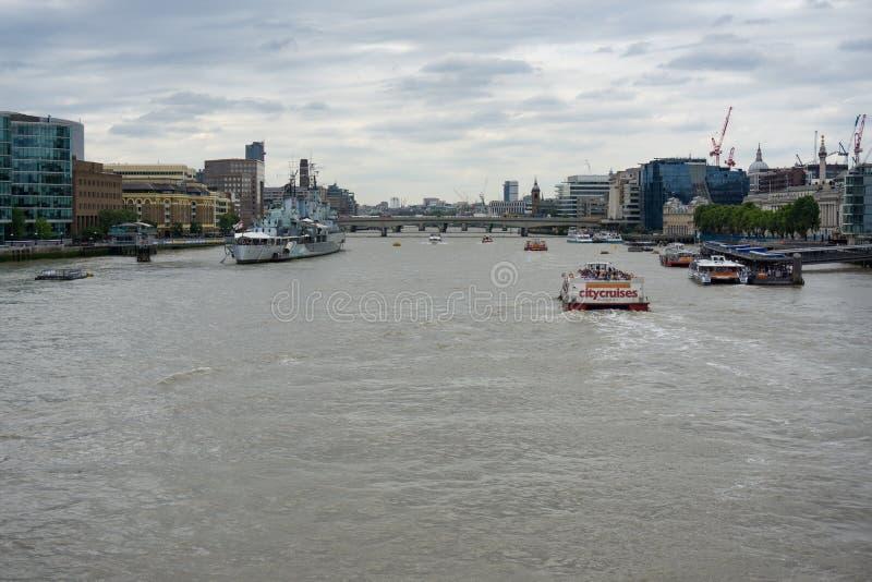 Massor av fartyg på flodThemsen London, HMS Belfast på vänstersida arkivfoton