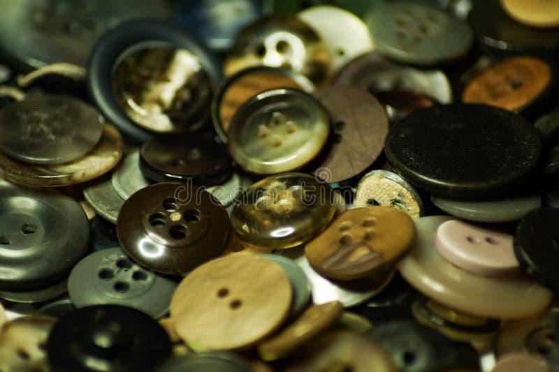 Massor av gamla knappar för mode arkivfoton