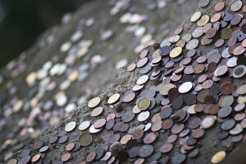 Massor av internationella mynt royaltyfri fotografi