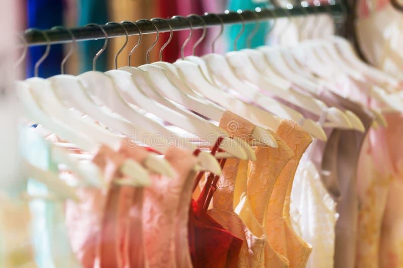 Massor av kläder på hängare royaltyfria bilder