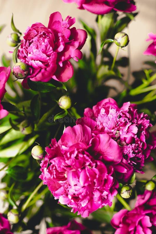 Massor av nätta och romantiska blommapioner i blom- shoppar arkivfoton