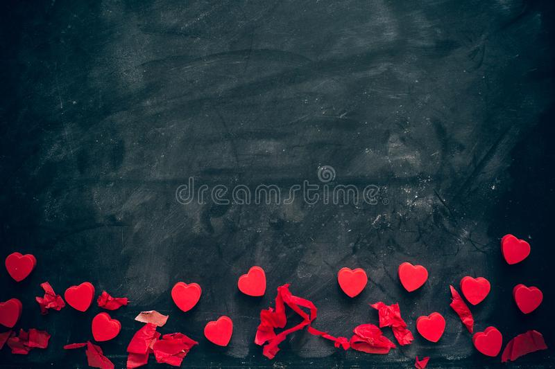 Massor av små röda hjärtor på svart bakgrund romantisk förälskelsebakgrund för dagen för valentin` s, födelsedag, parti som gifta fotografering för bildbyråer