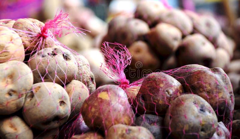 Massor av till salu potatisar royaltyfria bilder
