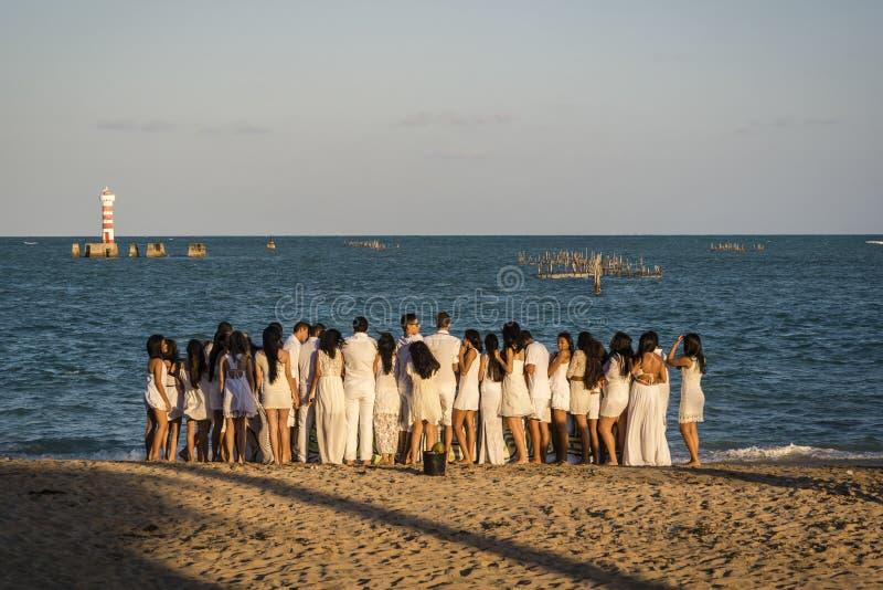 Massor av ungdomarpå stranden, Maceio, Alagoas, Brasilien arkivfoto