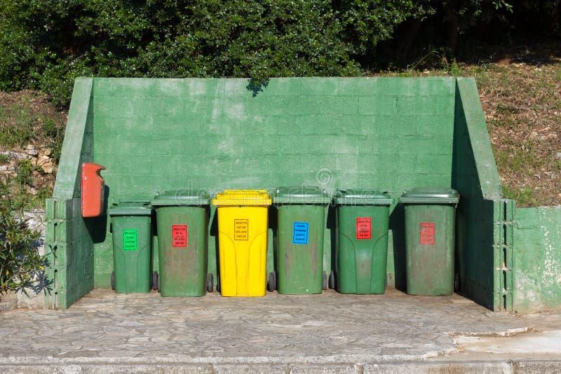 Massor av uppställda avfallfack arkivfoto