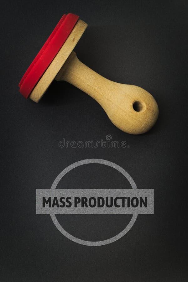 MASSPRODUKTION - avbilda med ord som förbinds med ämneBILINDUSTRIN, uttrycker, avbildar, illustrationen royaltyfri fotografi