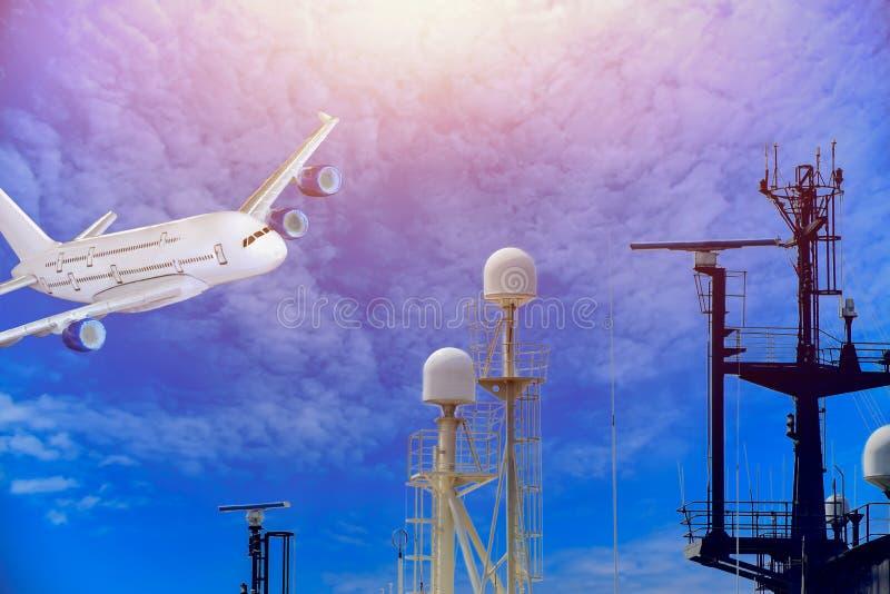 Mast en antenne van schipsleepboot met Radar op blauwe hemelachtergrond royalty-vrije stock foto