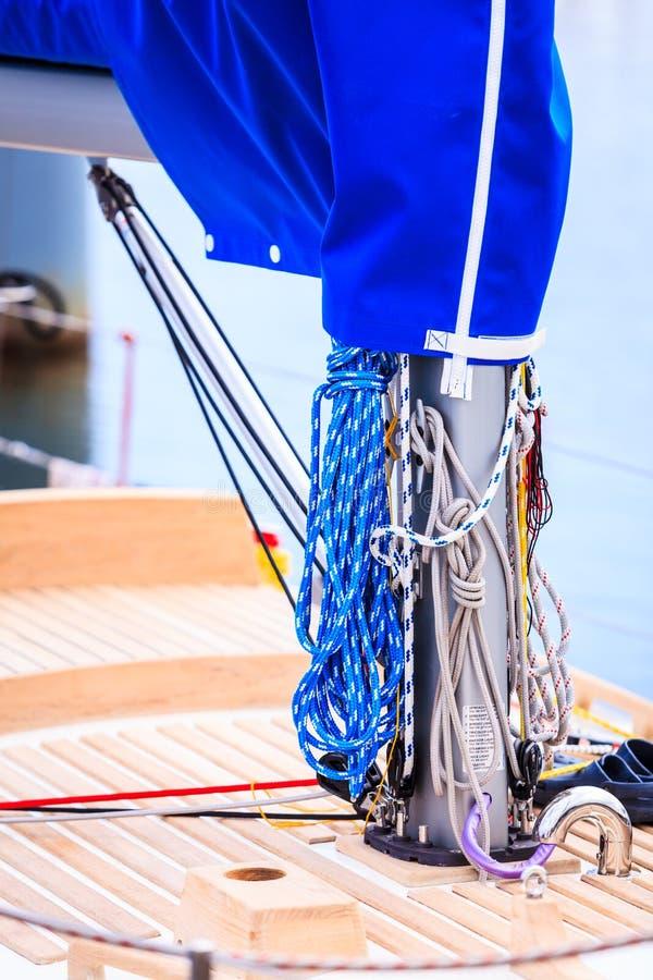Mast mit Seil Detail des Segelboots lizenzfreies stockfoto