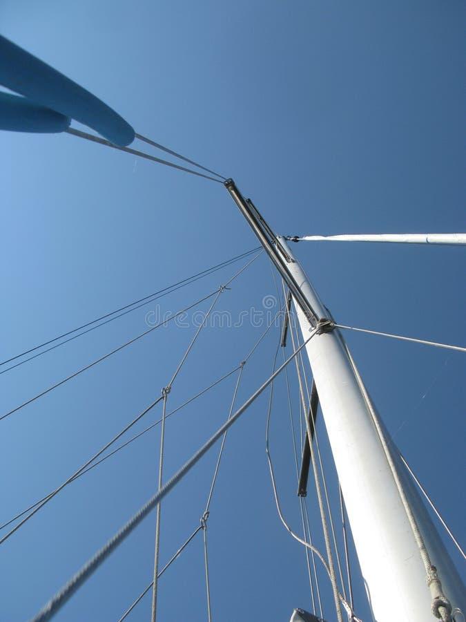 Mast och riggning av segelbåten Mast som går till himlen royaltyfri bild