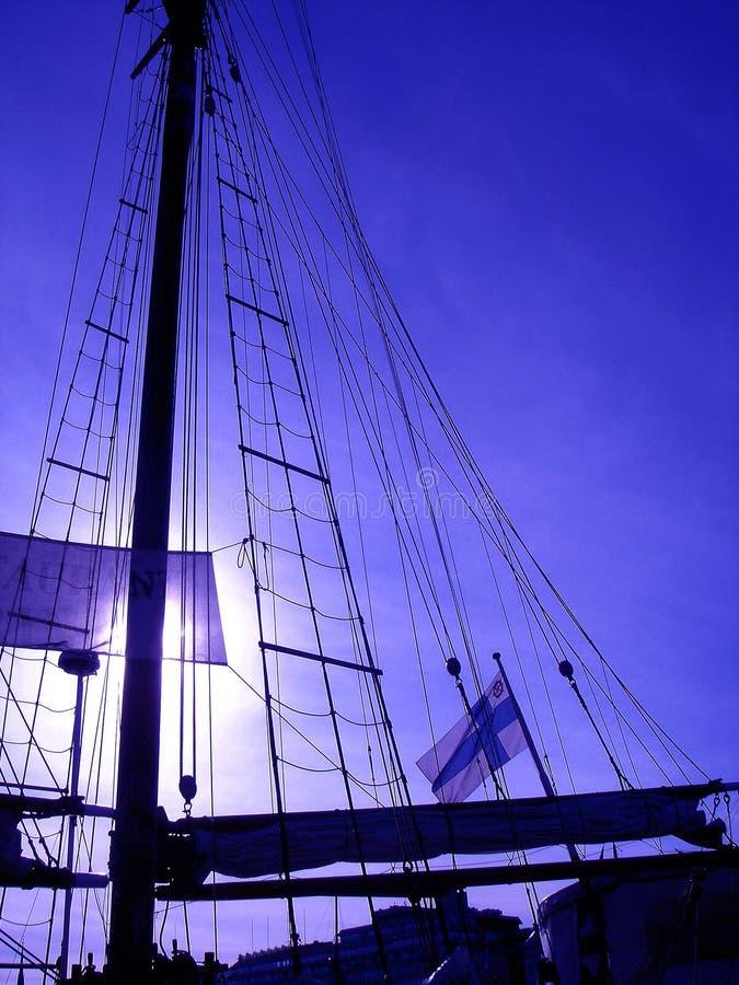 Mast van het oude schip en de Finse vlag royalty-vrije stock afbeelding