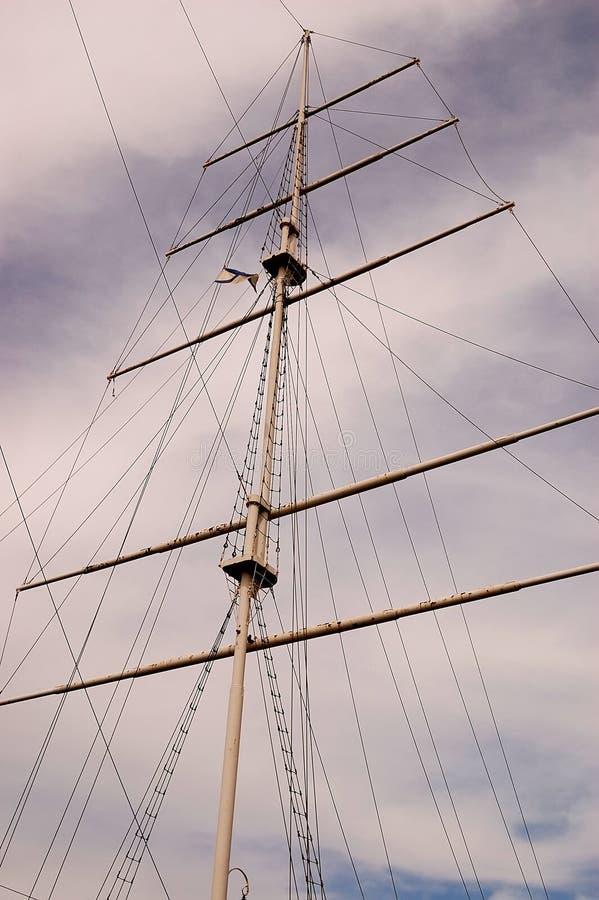 Download Mast van het varen stock foto. Afbeelding bestaande uit wolken - 10781484
