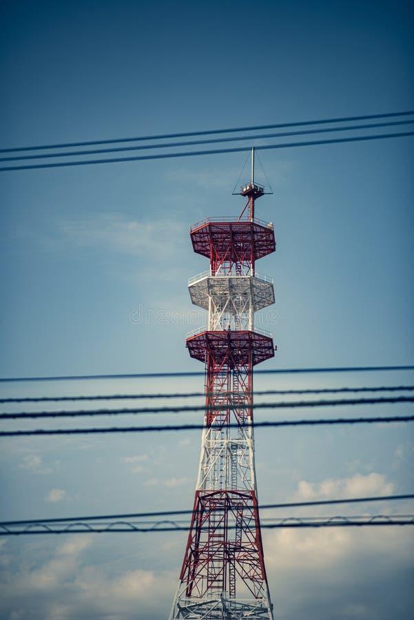 Mast von Telekommunikation mit Antennen für Radio-, Fernseh- und Telefonsignalsendung in einem bewölkten blauen Himmel stockfotos