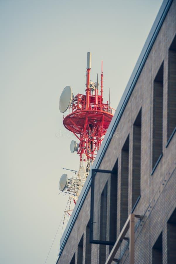 Mast von Telekommunikation mit Antennen für Radio-, Fernseh- und Telefonsignalsendung in einem bewölkten blauen Himmel lizenzfreies stockfoto