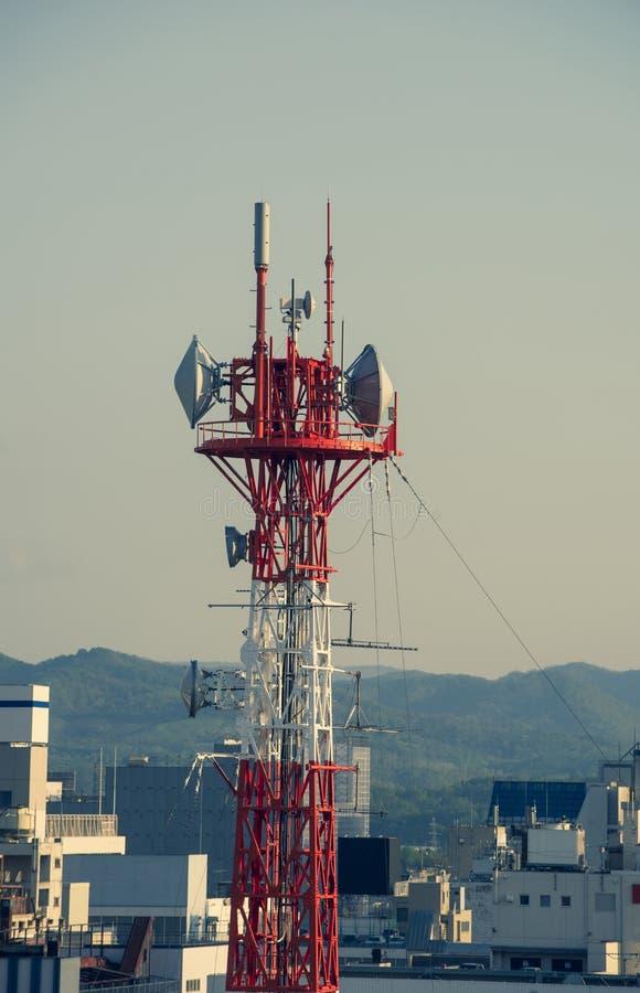 Mast von Telekommunikation mit Antennen für Radio-, Fernseh- und Telefonsignalsendung in einem bewölkten blauen Himmel lizenzfreie stockfotografie