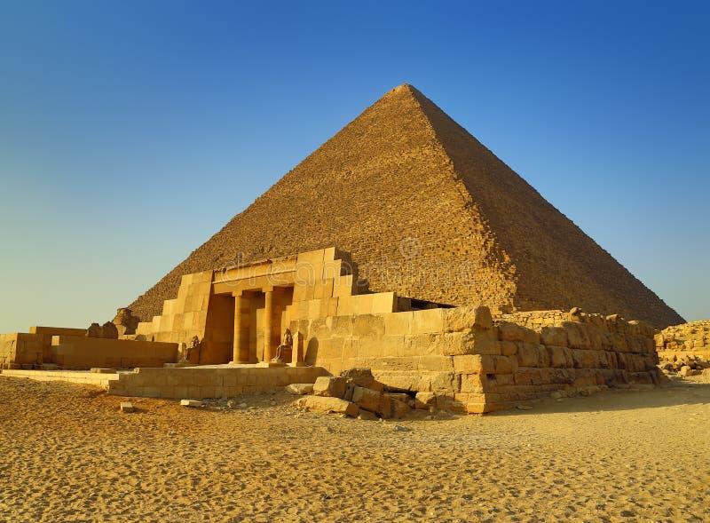 Mastaba y gran pirámide en Egipto fotografía de archivo