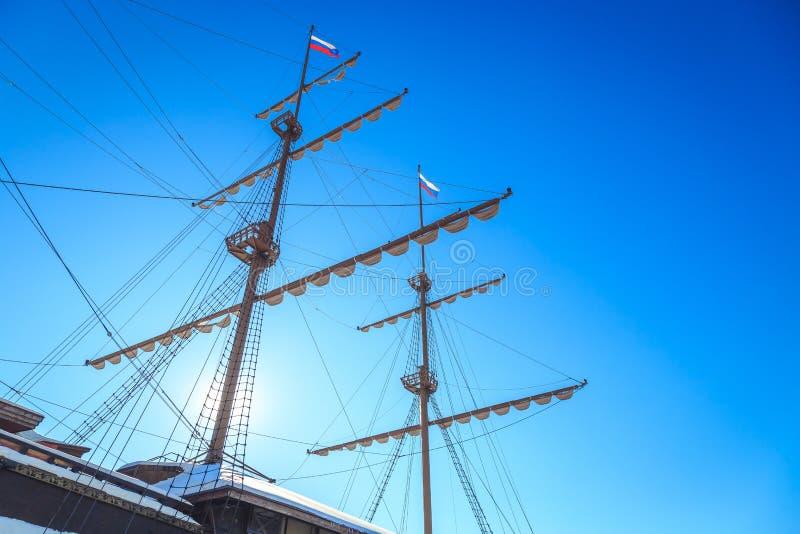 Maste eines alten Schiffs mit den Flaggen lizenzfreie stockbilder