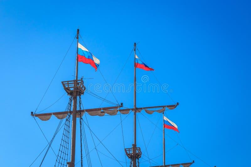 Maste eines alten Schiffs mit den Flaggen lizenzfreies stockbild