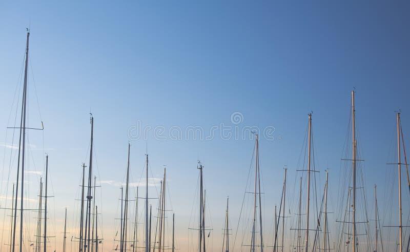 Maste und Himmel lizenzfreie stockbilder