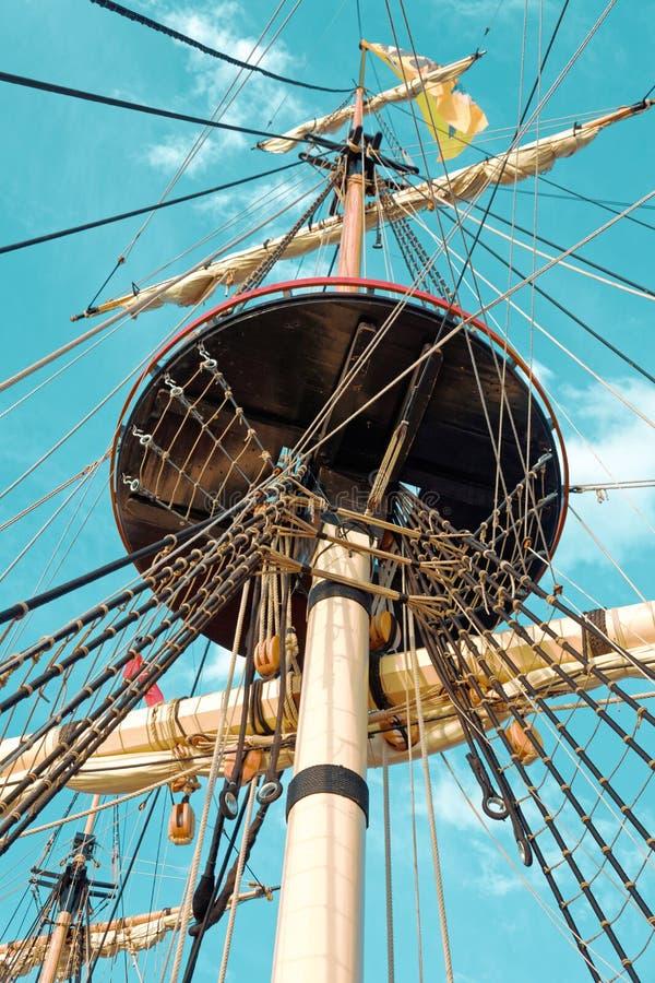 Maste und Takelung eines alten hölzernen Segelboots F?hrt Plattform des Schiffs einzeln auf lizenzfreies stockfoto