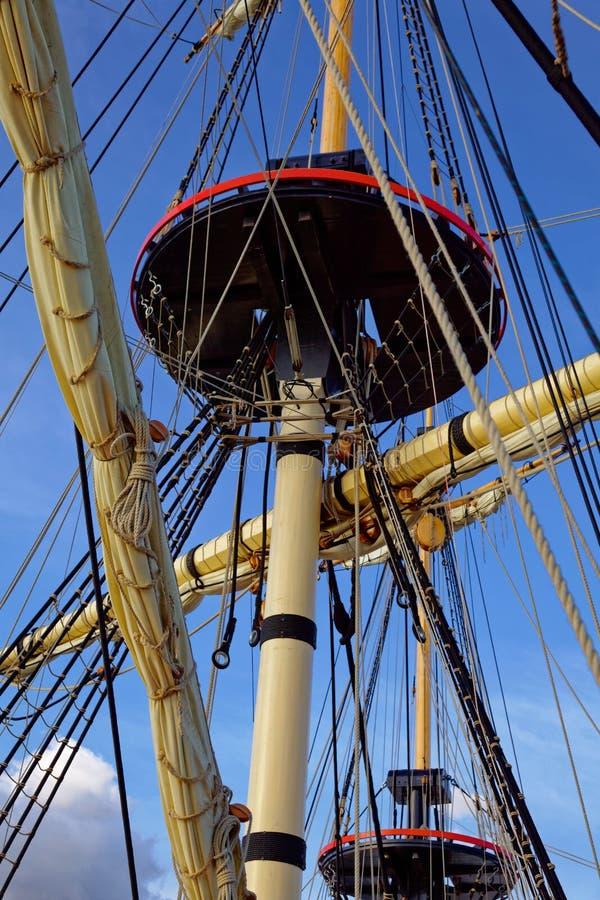 Maste und Takelung eines alten hölzernen Segelboots F?hrt Plattform des Schiffs einzeln auf stockfotografie