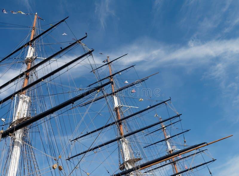 Maste und Takelung eines Segelschiffs gegen einen hellen blauen Himmel stockfotos