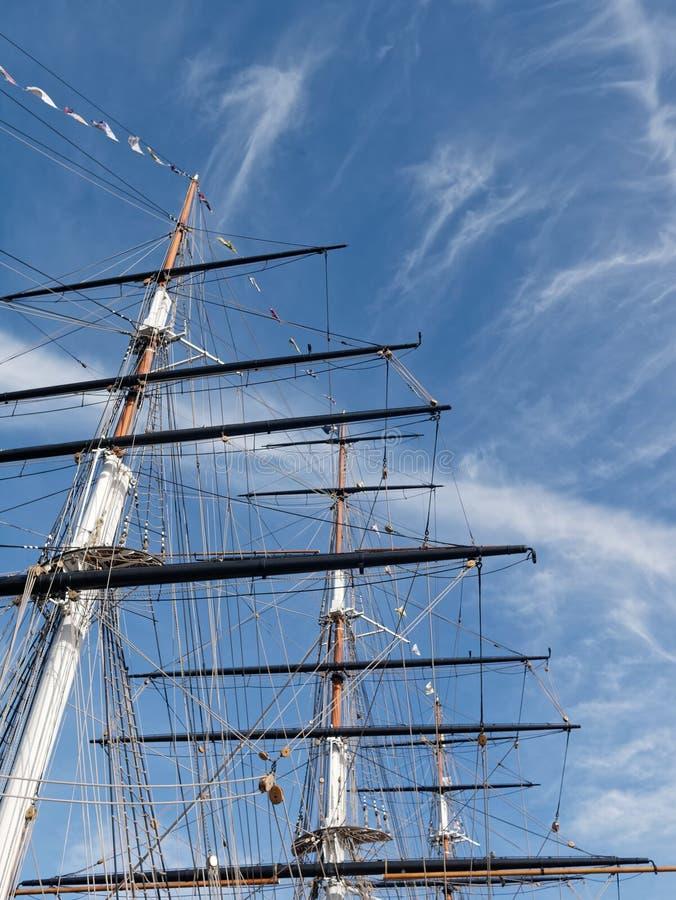 Maste und Takelung eines Segelschiffs gegen einen hellen blauen Himmel lizenzfreie stockbilder