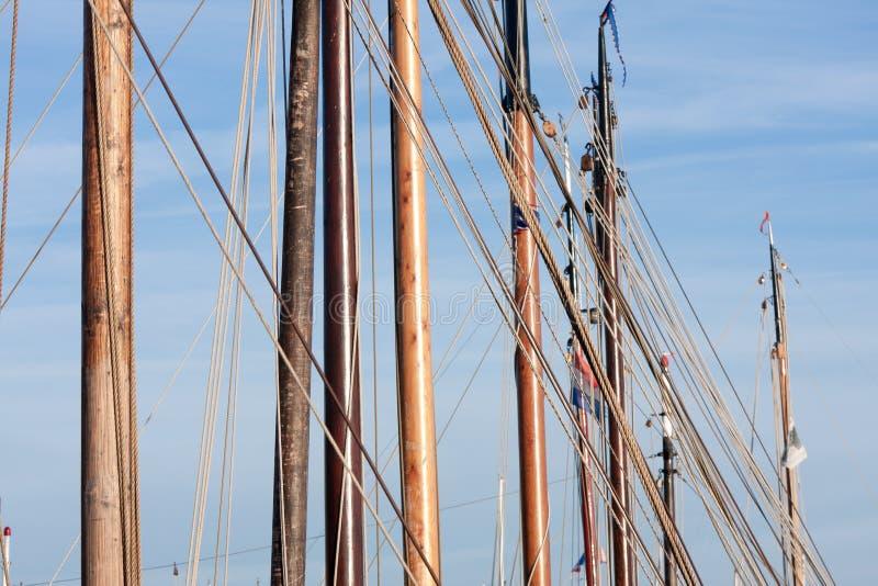 Maste und Takelung von den alten hölzernen Segelschiffen lizenzfreies stockfoto