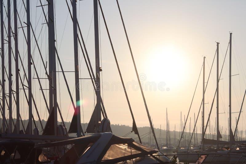 Maste von Segeljachten gegen den blauen Himmel belichtet durch den hellen Sonnenschein Technologien von Segeln- und KreuzfahrtCha lizenzfreie stockbilder
