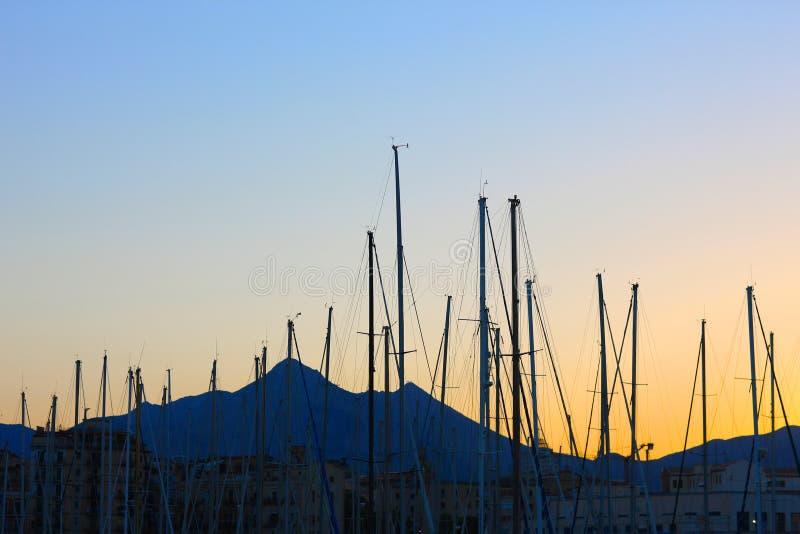 Maste von Yachten lizenzfreie stockbilder