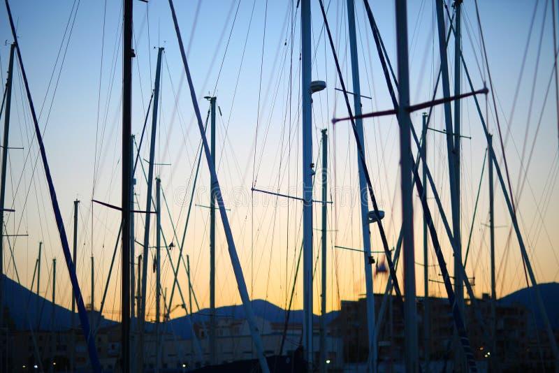 Maste von Yachten stockfotos