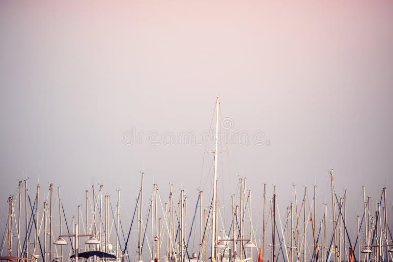 Maste von Yachten auf Hintergrund des blauen Himmels bei Sonnenuntergang lizenzfreies stockfoto
