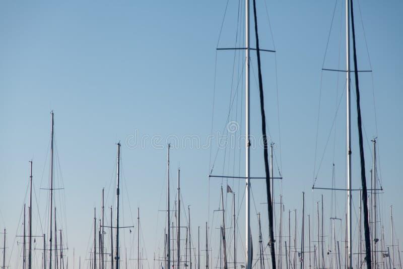 Maste von Yachten, die im Jachthafen gegen den blauen Himmel stehen lizenzfreie stockfotografie